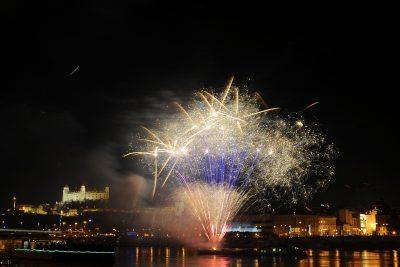 Bratislava vítala nový rok 2012 tradièným ohòostrojom z hladiny Dunaja, ktorý tentoraz trval symbolických 12 minút. FOTO TASR - Michal Svítok , 1. januára 2012